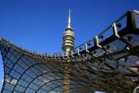 Münchner Olympiaturm mit Dach